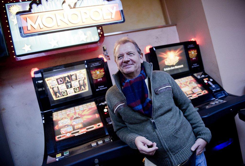 Wolfgang Schroth lehnt in seinem Casino im Bahnhofsviertel an einem Spielautomaten.