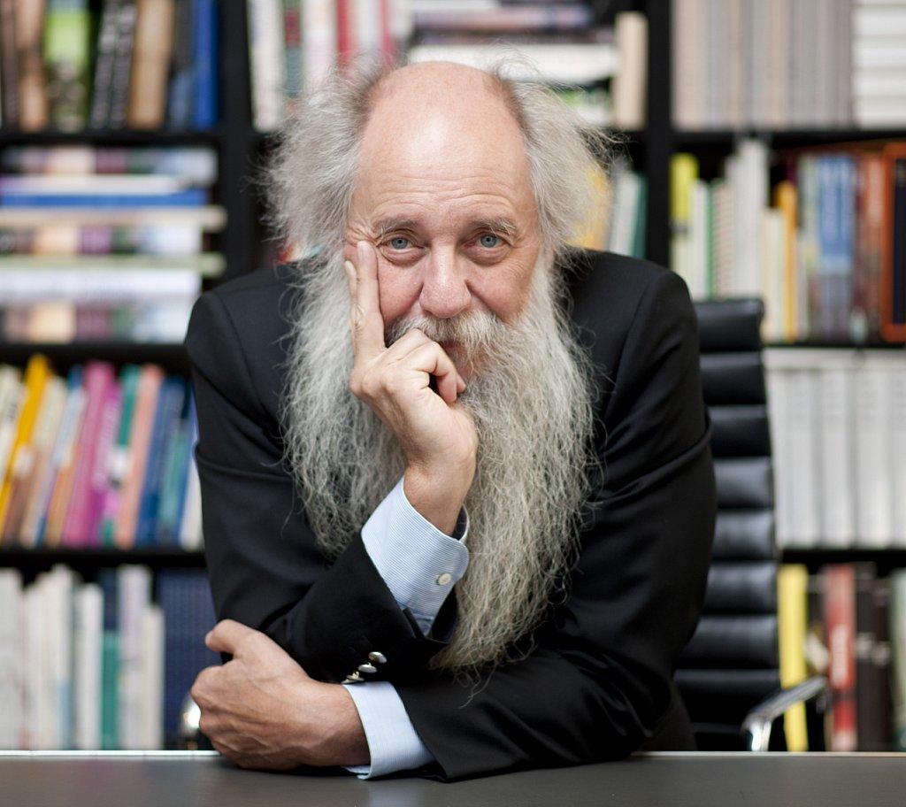 Verleger Klaus Schöffling in seinem Büro.