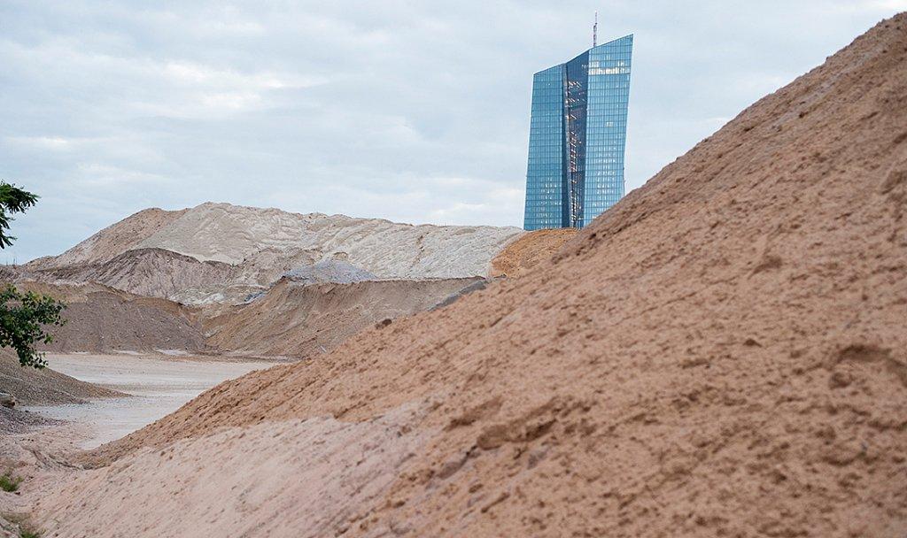 Ansichtssache - die EZB hinter Sandbergen.