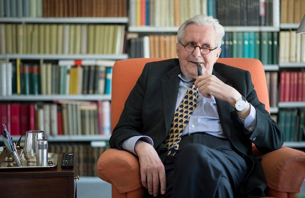 Rechtsanwalt und Notar Rüdiger Volhard genießt seine Pfeife.