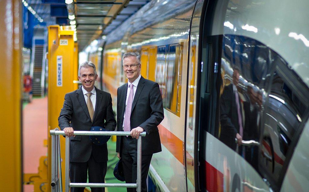 Oberbürgermeister Peter Feldmann besucht mit Klaus Vornhusen das ICE-Stellwerk in Griesheim.