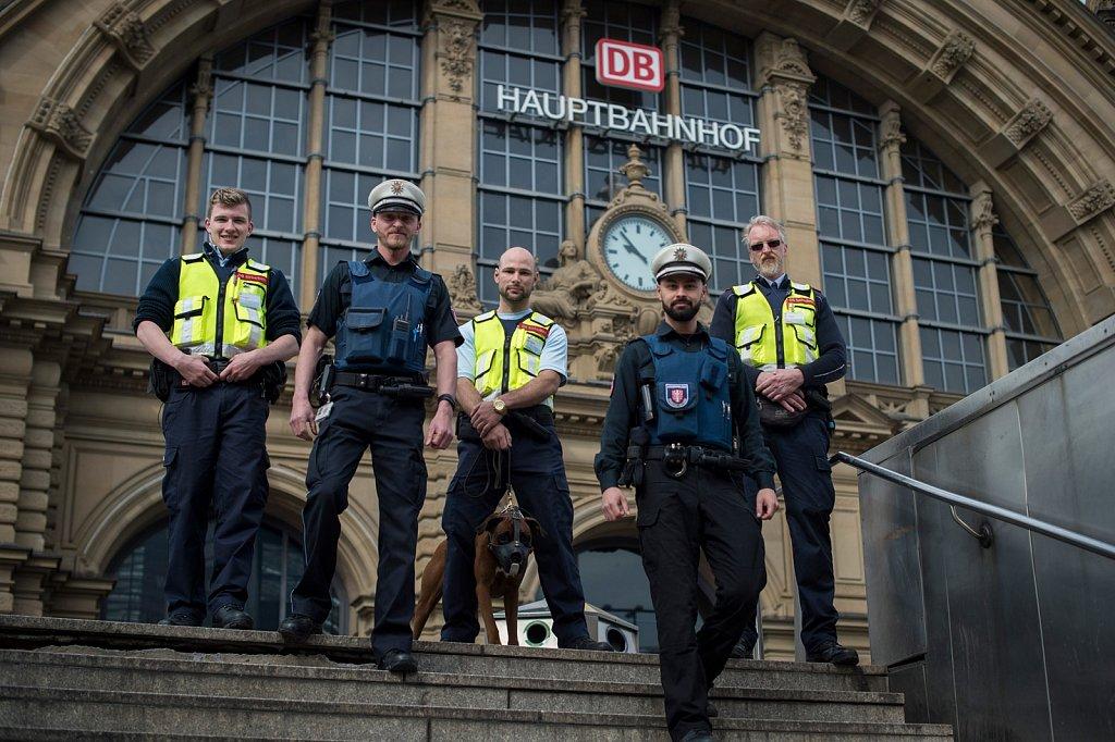 Gemischte Streife von DB Sicherheit und Stadtpolizei am Frankfurter Hauptbahnhof.