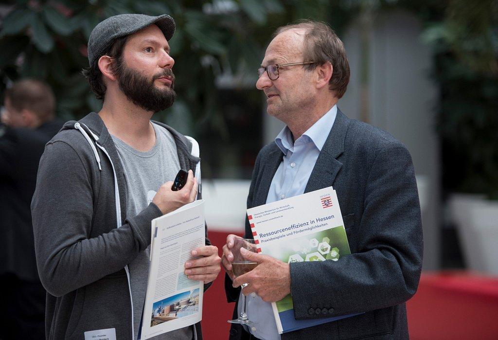 Carsten Waldeck erklärt bei der Innovationlounge im Holm Forum sein Shiftphone.