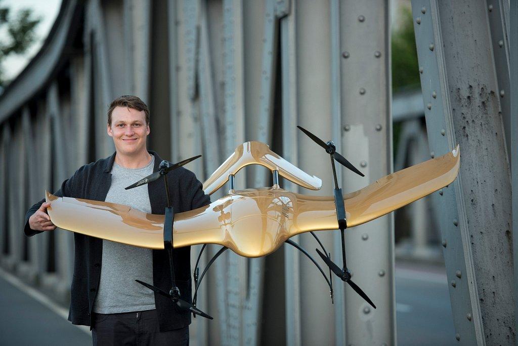 Tom Plümmer mit seiner Wingcopter-Drohne.