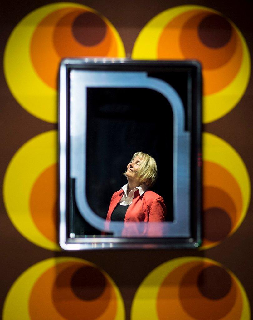 Claudia Dillmann, langjährige Leiterin des Deutschen Filmmuseum, aufgenommen durch einem Spiegel.