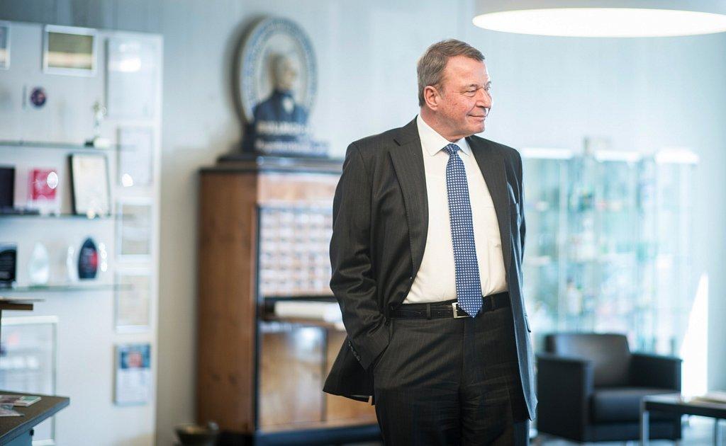 Firmeninhaber Heiner Beckmann im Empfangsbereich von Dr. Beckmann.