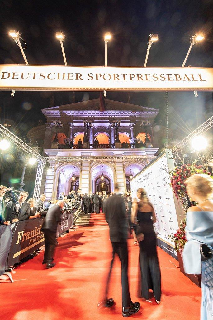 Der rote Teppich ist ausgerollt vor der alten Oper.