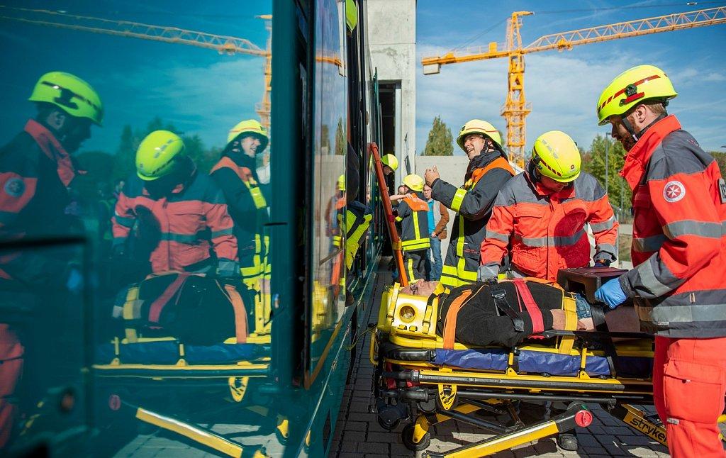 SOGRO - Gemeinsame Rettungsdienst- und Sichtungsübung der Feuerwehr Frankfurt und des DRK Frankfurt .