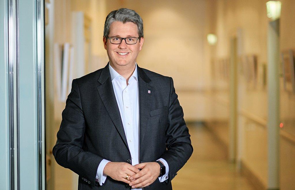 Hessischer Staatssekretär für Digitale Strategie und Entwicklung - Patrick Burghardt in der Staatskanzlei.