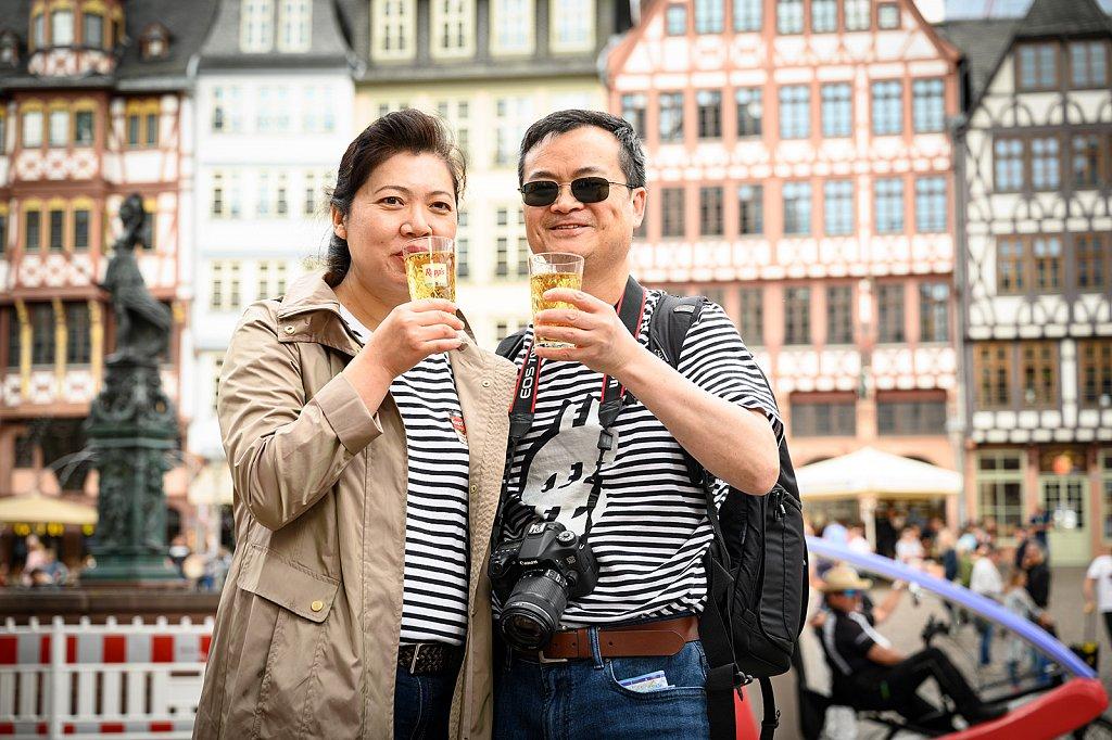 Kulturgut - Touristen genießen auf dem Römberg ihr erstes Stöffche.